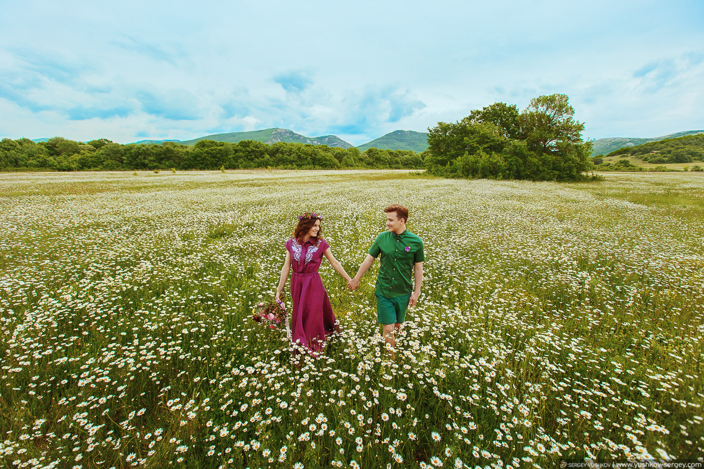 Andrew and Taya. Photo session on the chamomile and poppy fields.