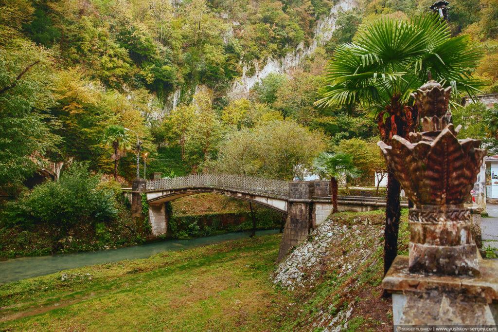 Мост на озере Псырцха. Новый Афон. Абхазия