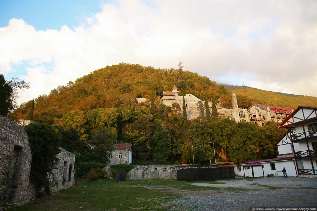 Крепость Абаата. Вид на замок принца Ольденбургского. Гагра. Абхазия