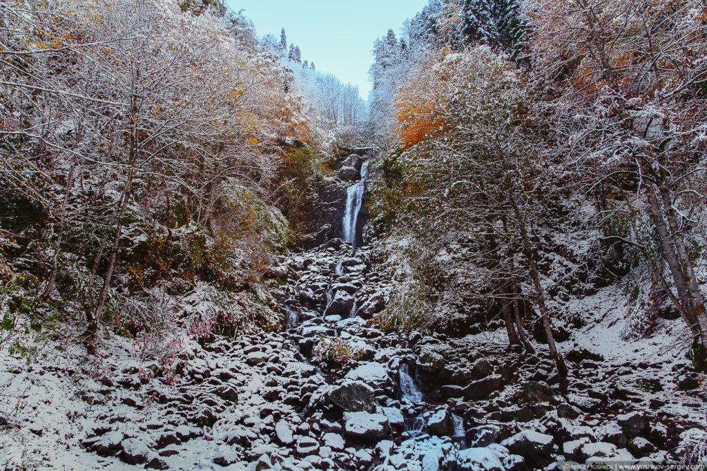 Водопад возле озера Рица. Осень. Абхазия