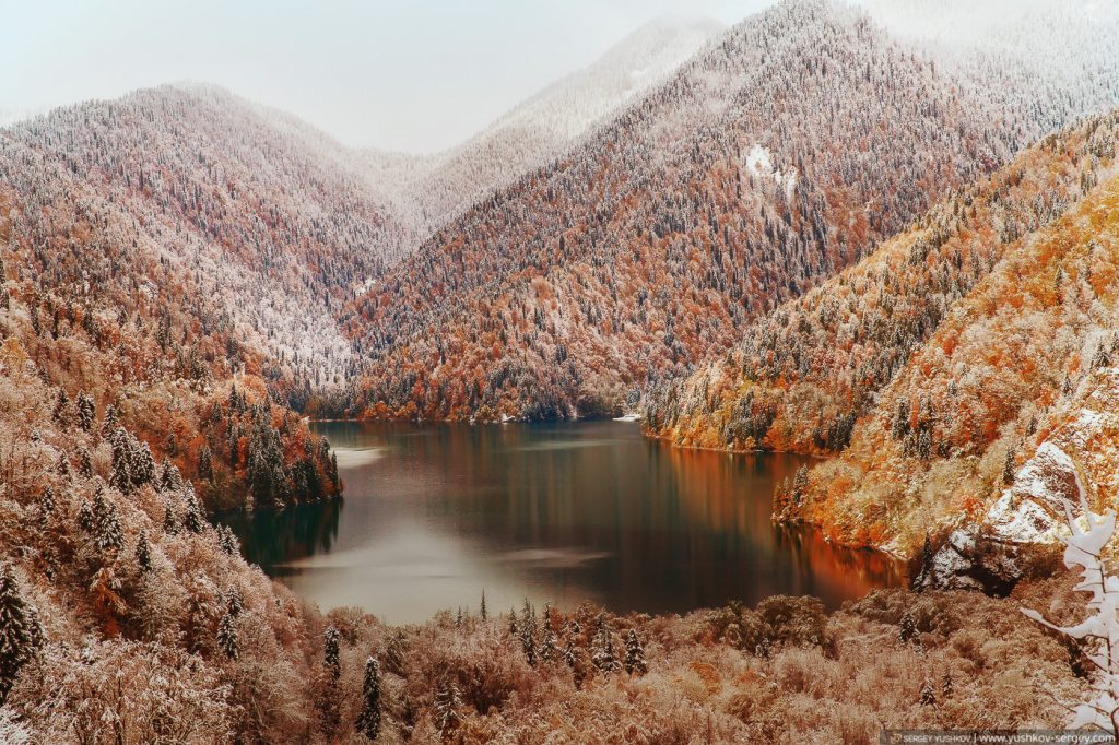 Озеро Рица. Вид с высоты. Осень. Абхазия