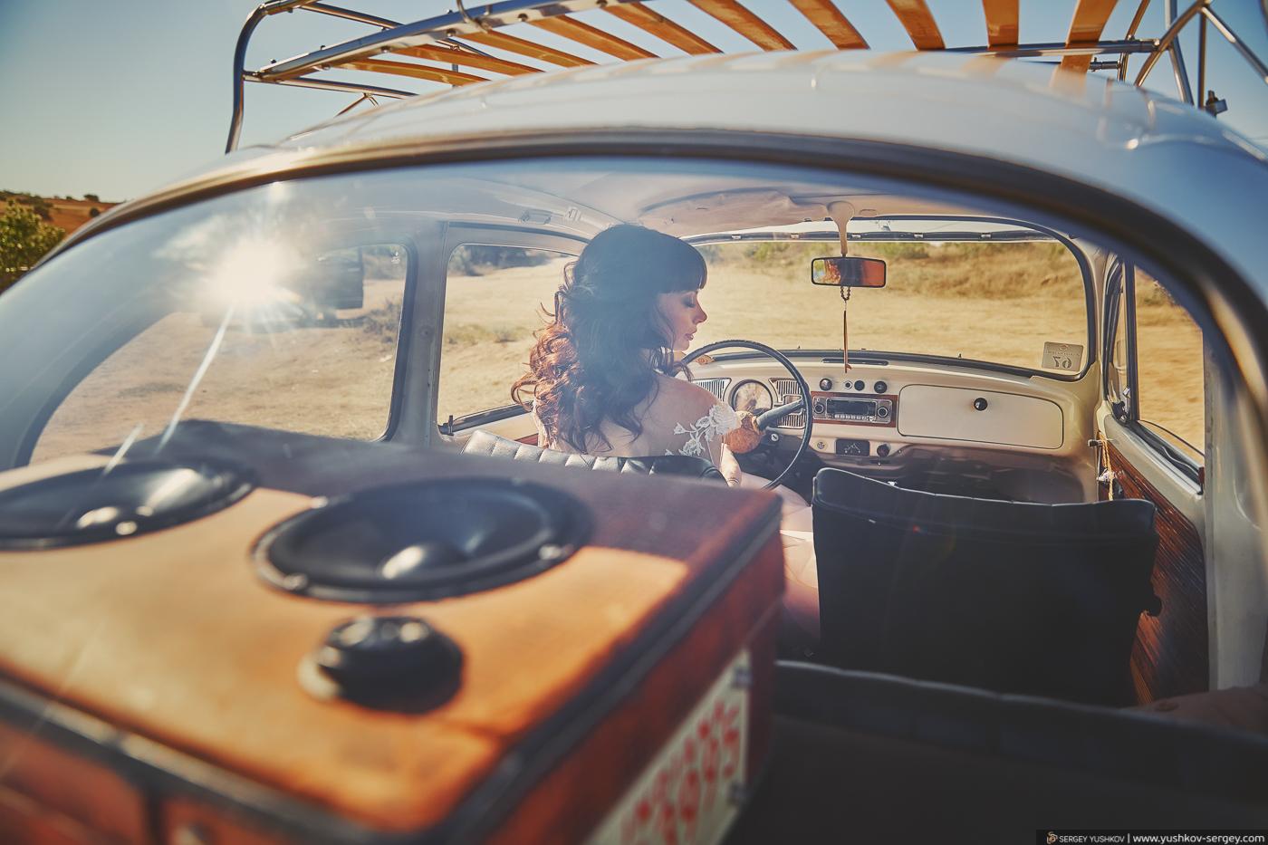 Свадебная фотосессия на мысе Фиолент с белым автомобилем Жук. Севастополь, Крым. Фотограф в Крыму - Сергей Юшков.