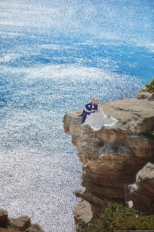 Свадьба для двоих в Крыму. Фотосессия на мысе Фиолент в Севастополе. Свадебный фотограф - Сергей Юшков.