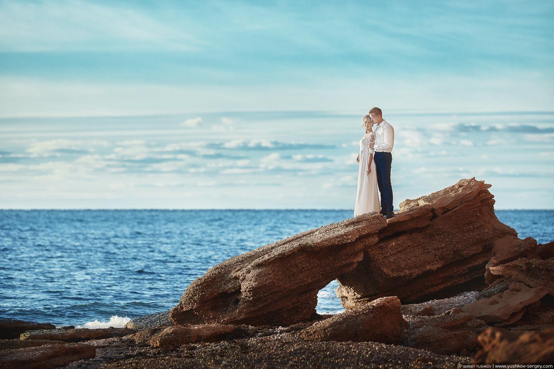 Свадьба для двоих в Крыму. Фотосессия на закате у моря, на пляже. Свадебный фотограф - Сергей Юшков.