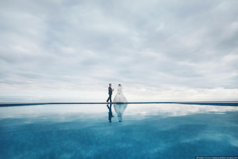 Свадебная фотосессия жениха и невесты у бассейна в отеле. Свадебный фотограф в Крыму - Сергей Юшков